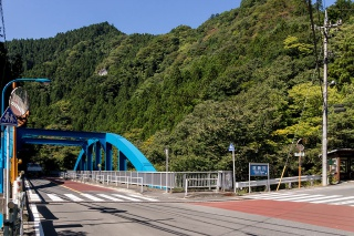 神戸岩バス停 交差点